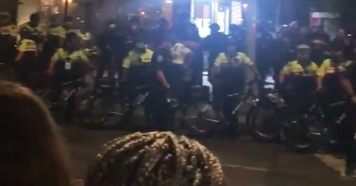NYPD officers charge at group of protesters and diners, arresting people on sidewalk