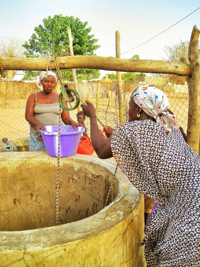 Women using the well and pulley