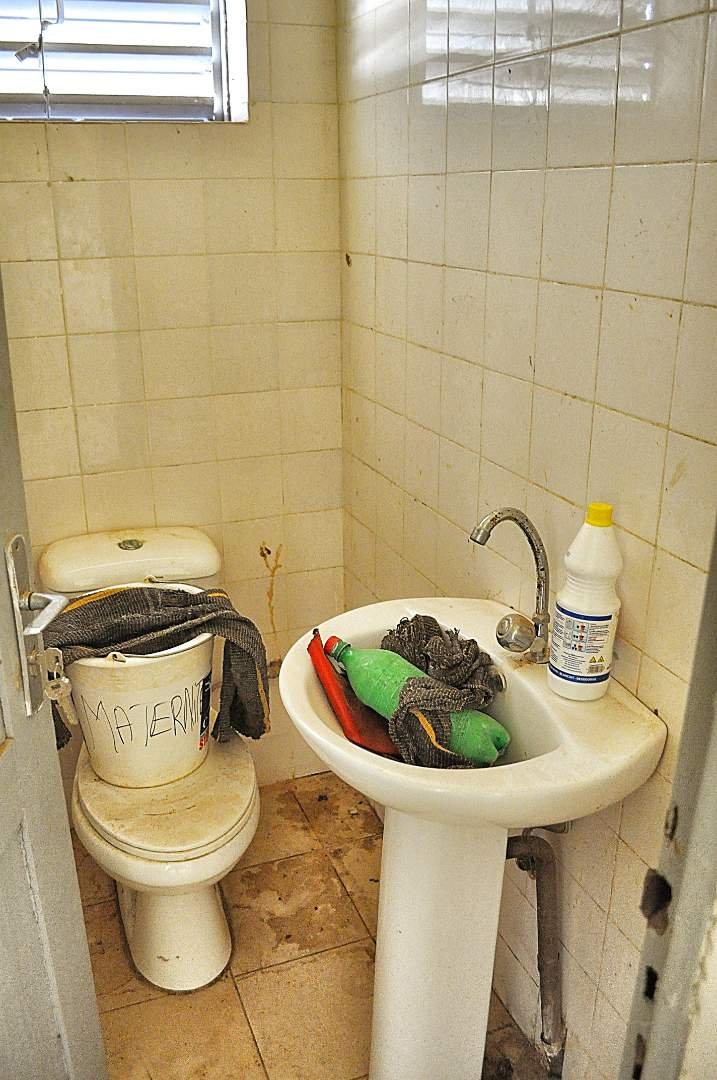 Sink and Toilet that need water